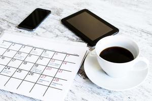 het controleren van maandelijkse activiteiten in de kalender foto