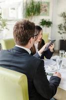 vrouw en man op een zakenlunch in een restaurant foto
