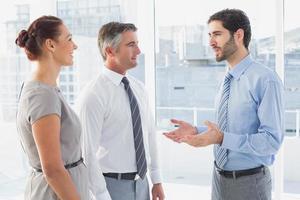 zakenman chatten met collega foto