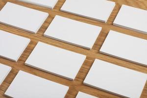 blanco visitekaartjes op een houten achtergrond foto