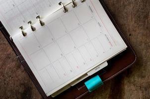 dagboek op een houten tafel foto