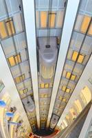 blootgestelde liften pendelde in het warenhuis foto