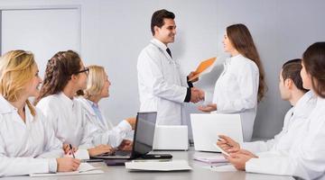 gezondheidswerkers en hoofdarts bij colloquium in de kliniek