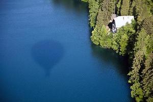 weerspiegeling van hete luchtballon in meer