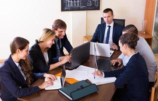 brainstormen over een positief business team foto