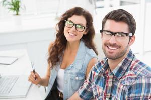 portret van glimlachende collega's met een bril
