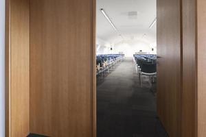 modern klaslokaal dat van deuropening is ontsproten foto