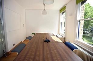 lege vergaderzaal met telefoon foto