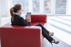 knappe zakenvrouw met behulp van zijn digitale tablet foto