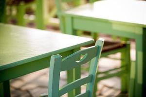 lege tafel in een straat zee restaurant foto