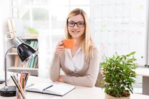 concept voor jonge onderneemster in bureau foto
