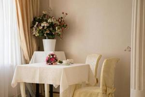 bruidsboeket van pioenen en koffie foto
