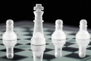 schaakkoning en pionnen foto