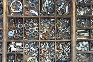 houten zetkoker met moeren, bouten, ringen foto