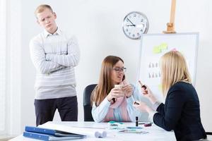 ontevreden manager kijkt naar werknemers foto