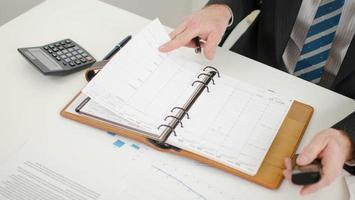 zakenman die zijn dagboek bekijkt foto