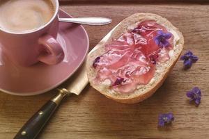 broodje met viooltjes gelei foto
