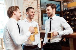 collega's hebben plezier in de bar foto
