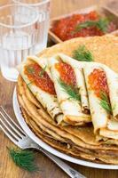 pannenkoeken met rode kaviaar op een houten oppervlak foto