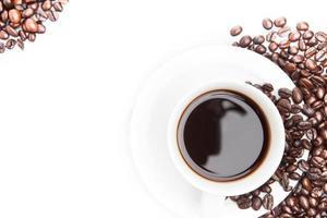 kopje koffie op bonen. foto