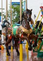 het paard in merry go rond met carnaval foto