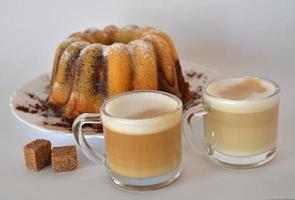 marmeren cake en koffie in glazen beker foto