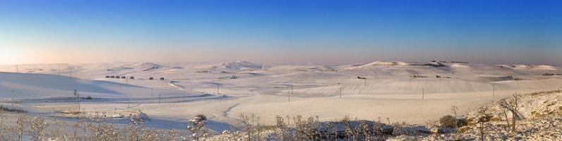 rurale landschap winter.tussen apulië en basilicata.sunrise: besneeuwde heuvel. -Italië- foto