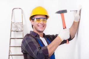 lachende reparateur spijkeren foto
