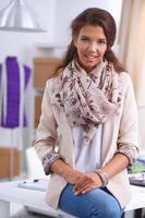 moderne jonge modeontwerper werken bij studio. foto