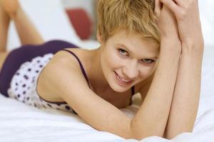 jonge vrouw in bed foto
