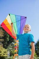 jongen speelt met een vlieger foto