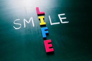 glimlach leven concept op blackboard foto