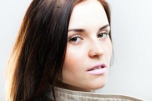 elegante jonge vrouw in witte jas