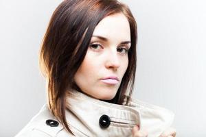 modieuze jonge vrouw in witte jas
