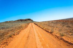 de weg om een groot moeras te beklimmen. foto
