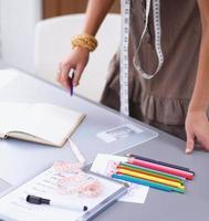 jonge modeontwerper werken bij studio foto