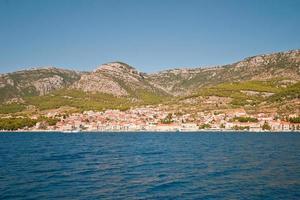 uitzicht op de stad bol. eiland brac. Kroatië. foto