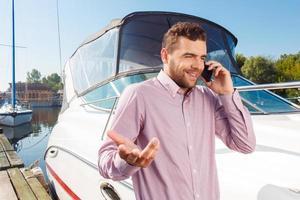 aangename man met mobiele telefoon foto