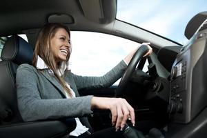 jonge lachende vrouw rijden foto