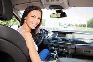 aantrekkelijk jong meisje rijdt haar voertuig