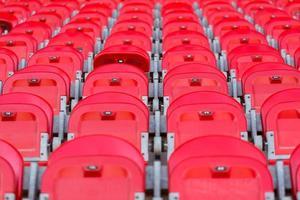 close up van rode opgevouwen stoelen in voetbalstadion foto