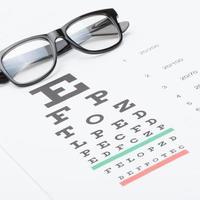gezichtsvermogen testkaart en bril - 1 op 1 verhouding foto