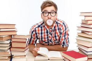 positieve student studeert in de bibliotheek foto