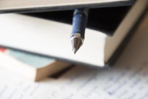 boek, pen en het schrijven van aantekeningen foto