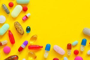 veel kleurrijke pillen geïsoleerd foto
