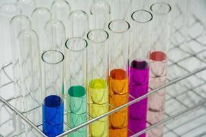 chemische reageerbuisjes met kleuroplossingen foto
