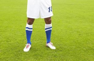 voetballer gekleed in wit en blauw foto