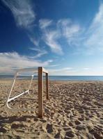 mini voetbaldoel in mediterraan strand foto