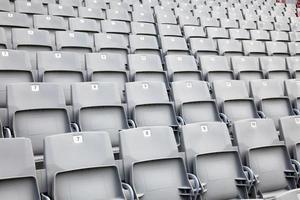 lege stoelen in een stadion foto