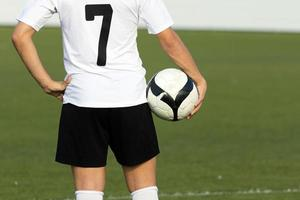 voetbalspeler met bal, buitenshuis foto